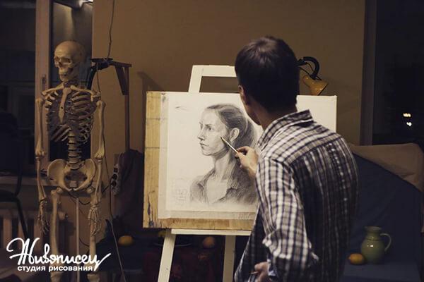 Ученики рисуют портрет